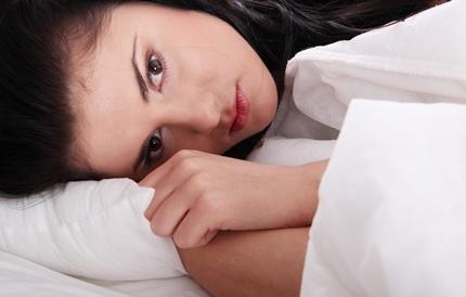 잠에서 깬 여성